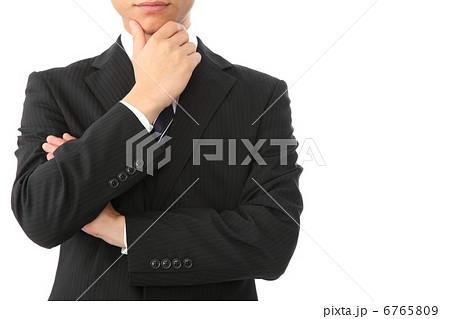 顎に手をやるの写真素材 Pixta