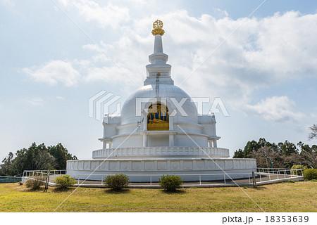 白色 寺 ドーム 仏舎利塔の写真...