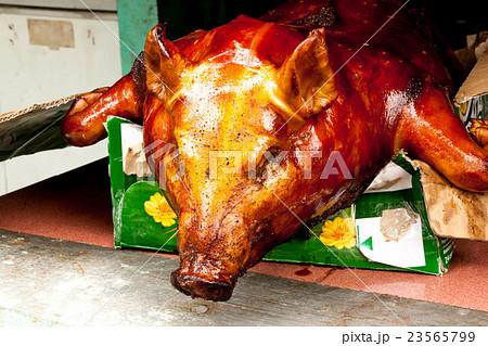 子豚 お供え物 子ブタ 豚の丸焼きの写真素材 Pixta