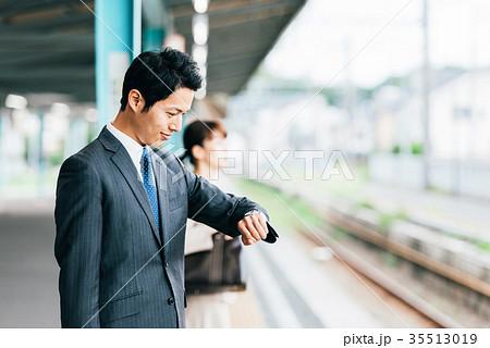 電車 移動 ビジネス 男性 撮影協力・京王電鉄株式会社