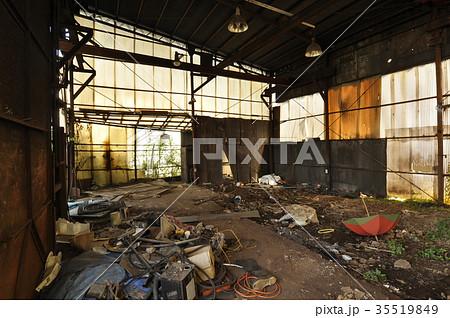 廃墟 崩壊 老朽化 退廃的の写真素材 Pixta
