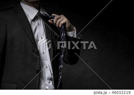 緩める ネクタイの写真素材 Pixta